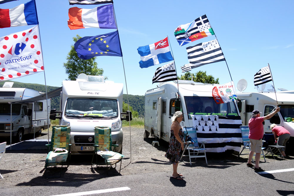 camping-cars-decore-drapeaux-caravane-tour