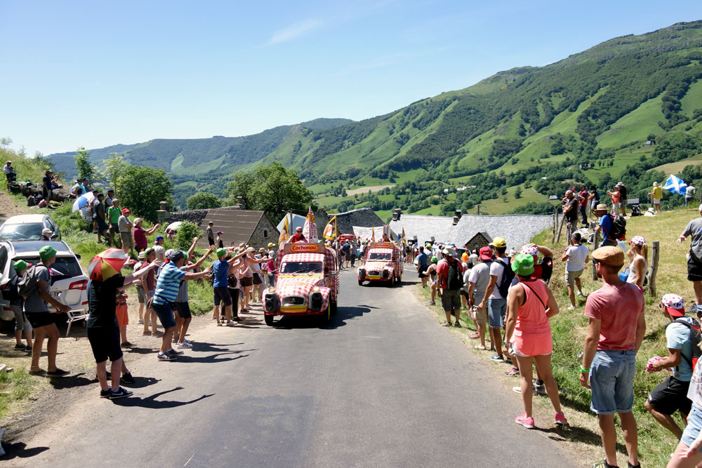 caravane-tour-france-cantal-montee