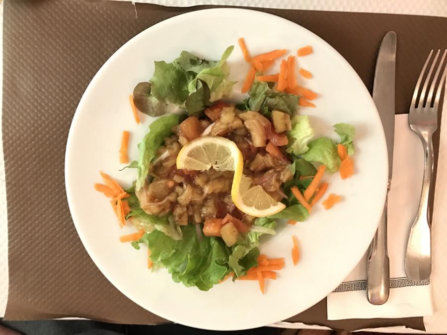 Le Katérie sambol est un caviar d'aubergines avec tomates et une salade verte