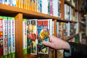 Un client retire un manga.