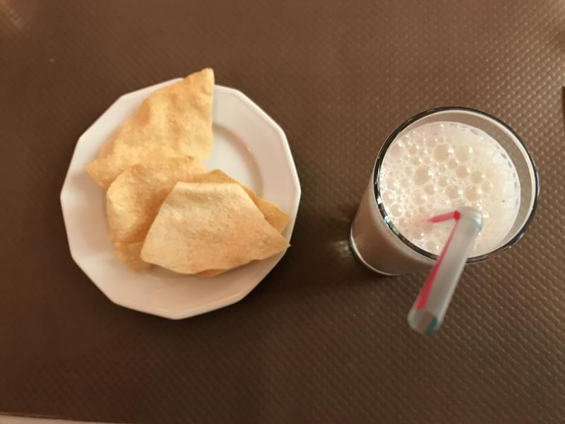 Le lassi nature est un yaourt à boire fait à partir de lait fermenté. Une boisson rafraichissante made in India