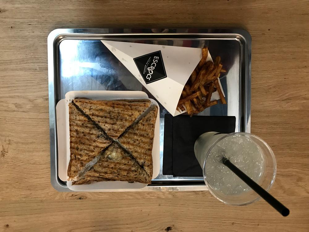 Le menu Tueur est proposé au prix de 11,50 euros. Haché de bœuf, cantal, crème au poivre, échalotes et champignons. Miam.