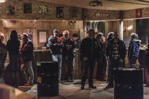 Le Rock Spirit Garage peut accueillir jusqu'à 200 personnes sans difficultés. On peut s'accouder au bar et commander un demi de bière vendu pour 2 euros.