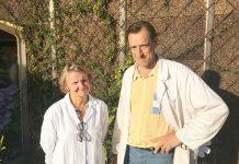 Jean-Loup et Odile devant l'usine située à Solignac.