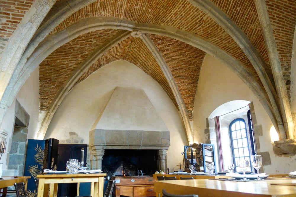 plafond-ogives-croises-table-couvent