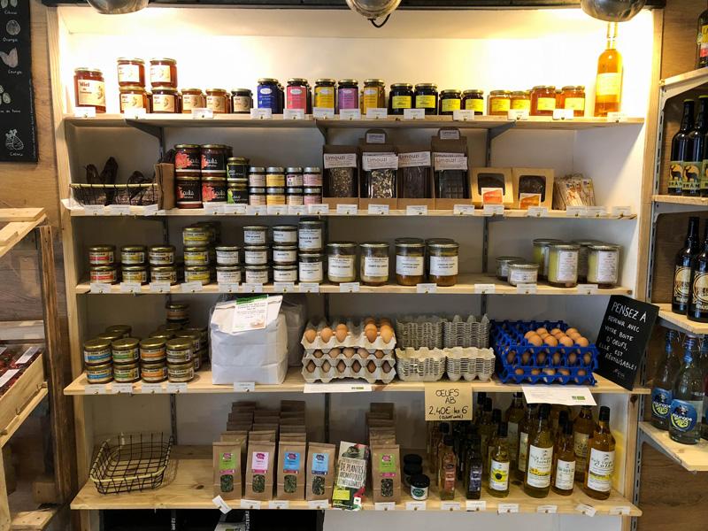 L'épicerie café La Locale propose différents produits locaux tels que des conserves, des tisanes, des oeufs, des condiments, etc.