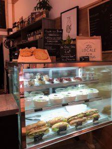 La Locale propose des sandwichs, salades, cookies et autres desserts