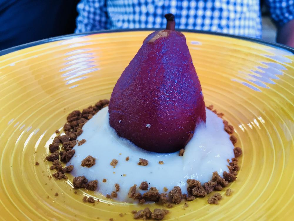 Une belle poire pochée proposée en dessert du jour.