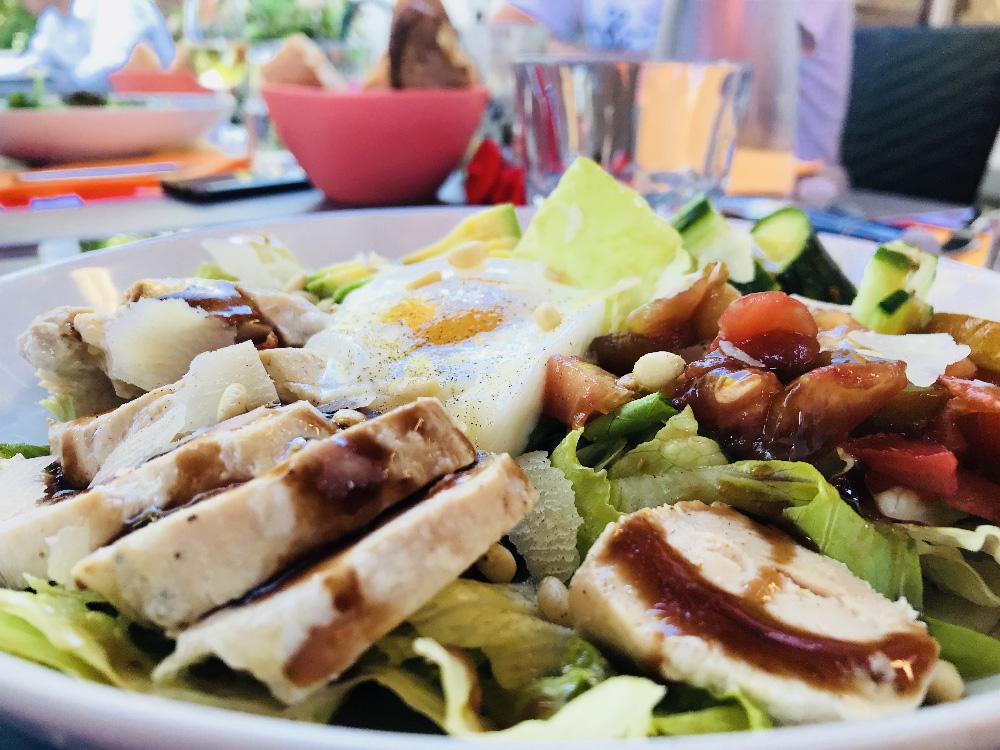 La salade César est proposée avec des tomates BIO.
