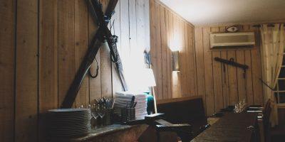 interieur-restaurant-le-versant-skis-au-mur
