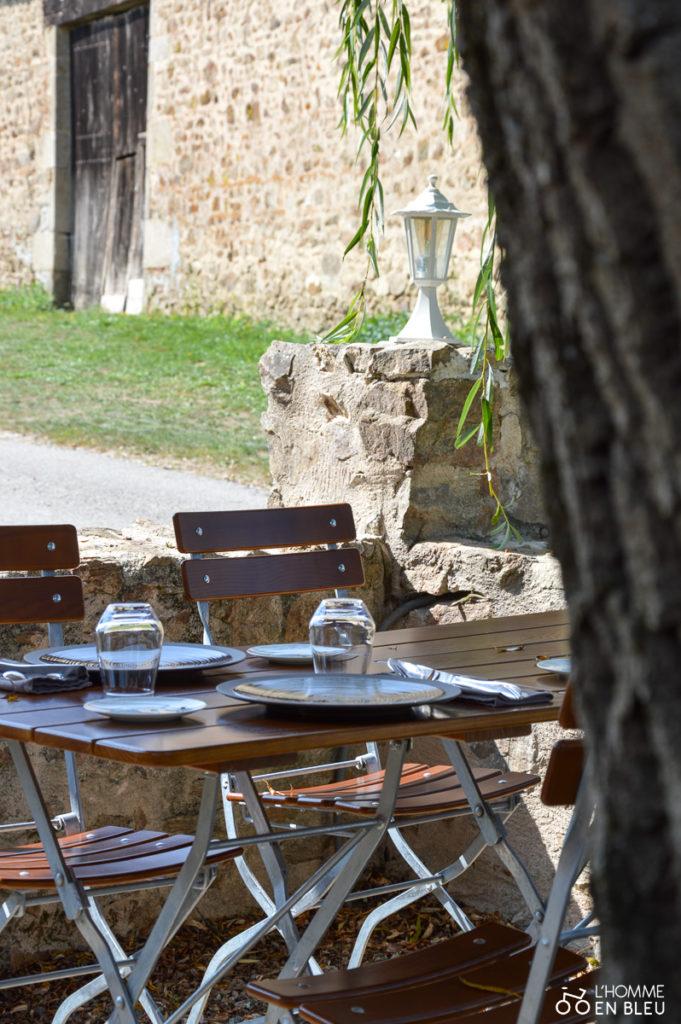 tables en terrasse au restaurant d'oradour