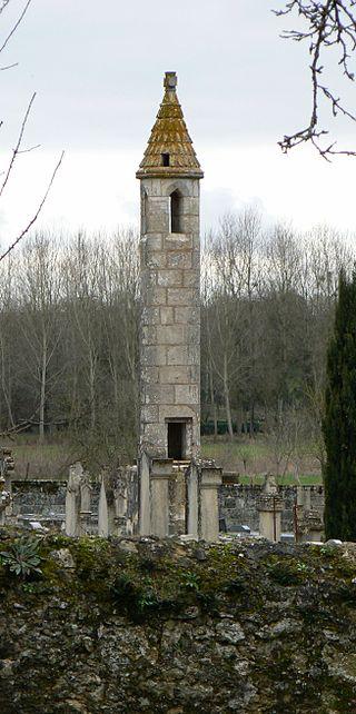 lanterne-des-morts-chateau-larcher-medieval