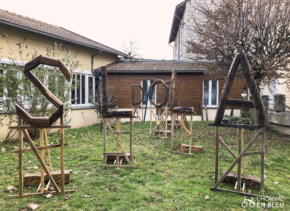 Installation de l'œuvre de l'artiste Baptiste César dans les jardins de l'Irrésistible Fraternité.